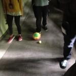 5-d-harms-corridoio-camminando-palle